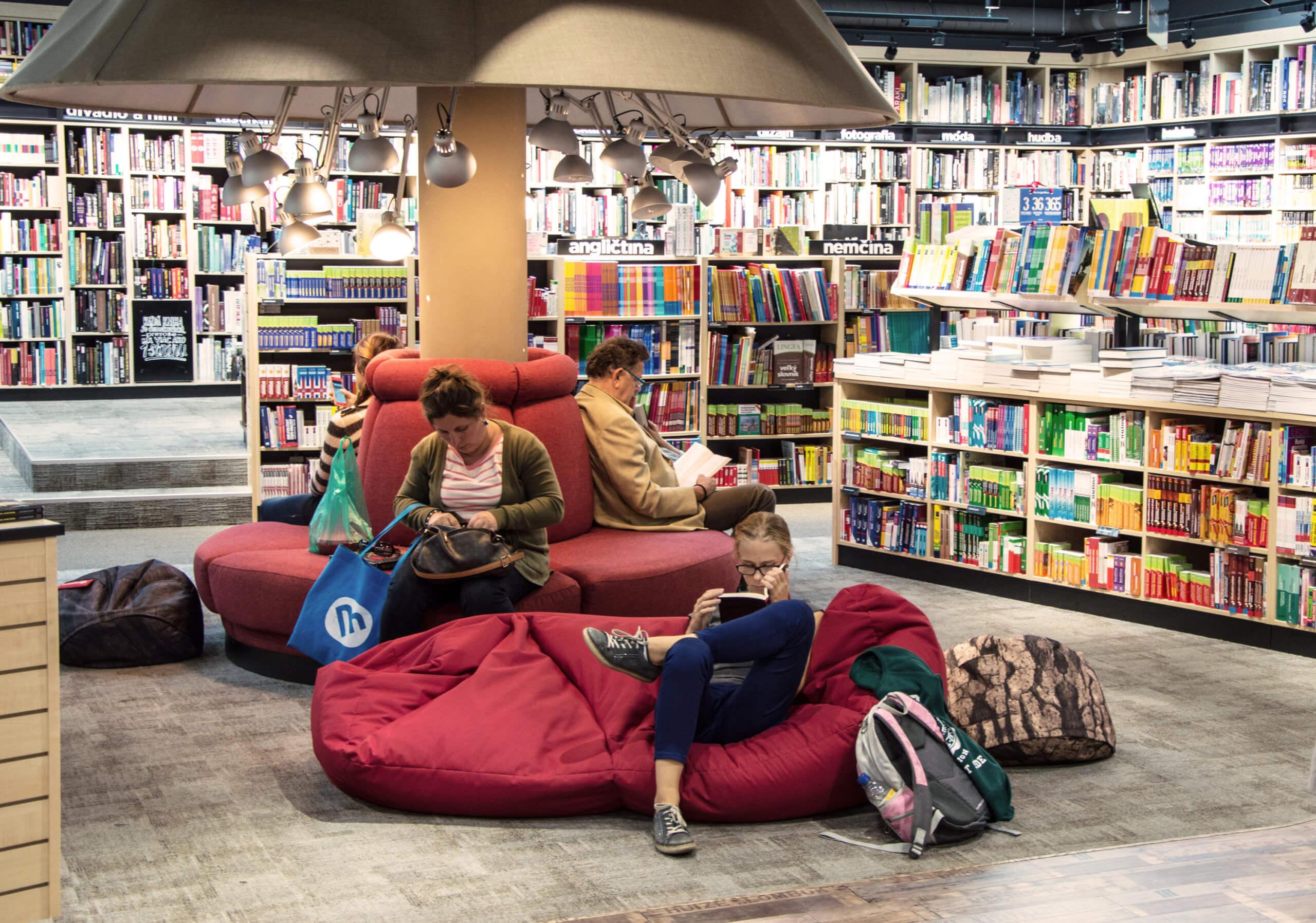 Menschen sitzen in Buchhandlung