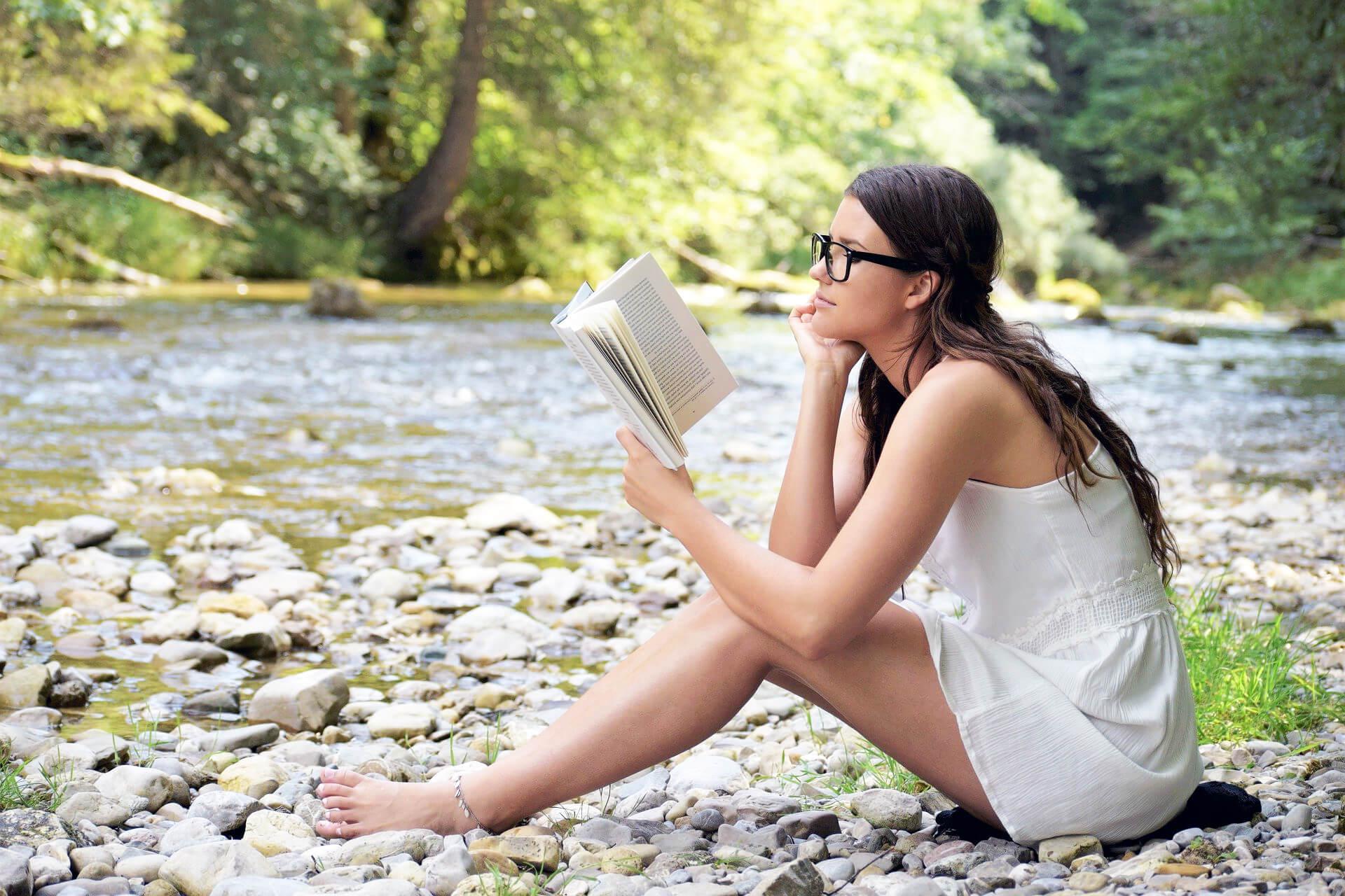Gute Bücher am Fluss lesen