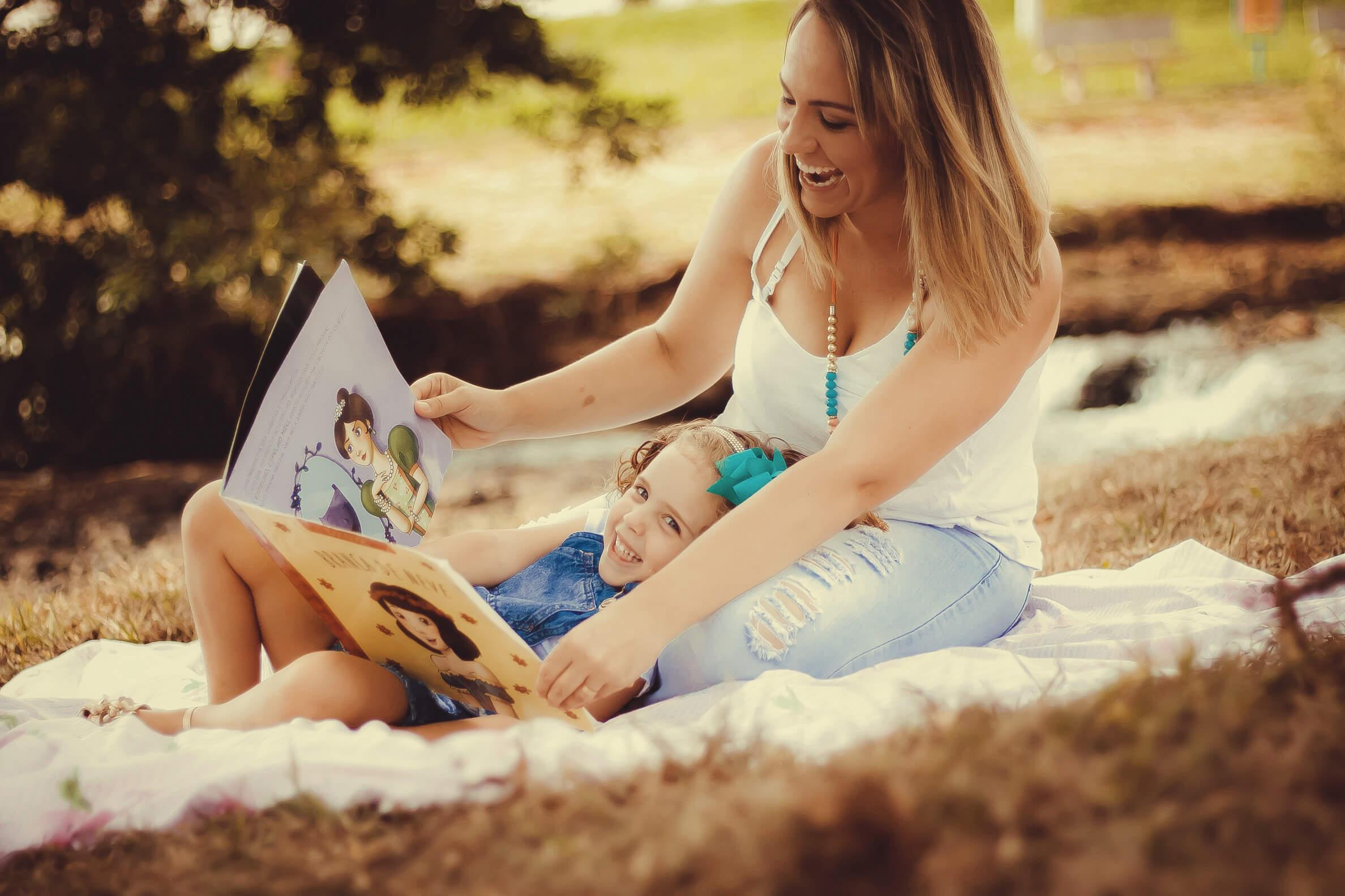 Kinderbücher lesen Schoß